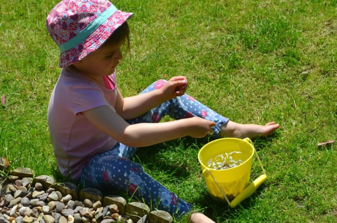 Scrunch bucket: review & outdoor play ideas