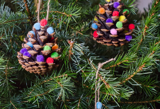 Homemade Christmas decorations: Pom Pom Pine Cones