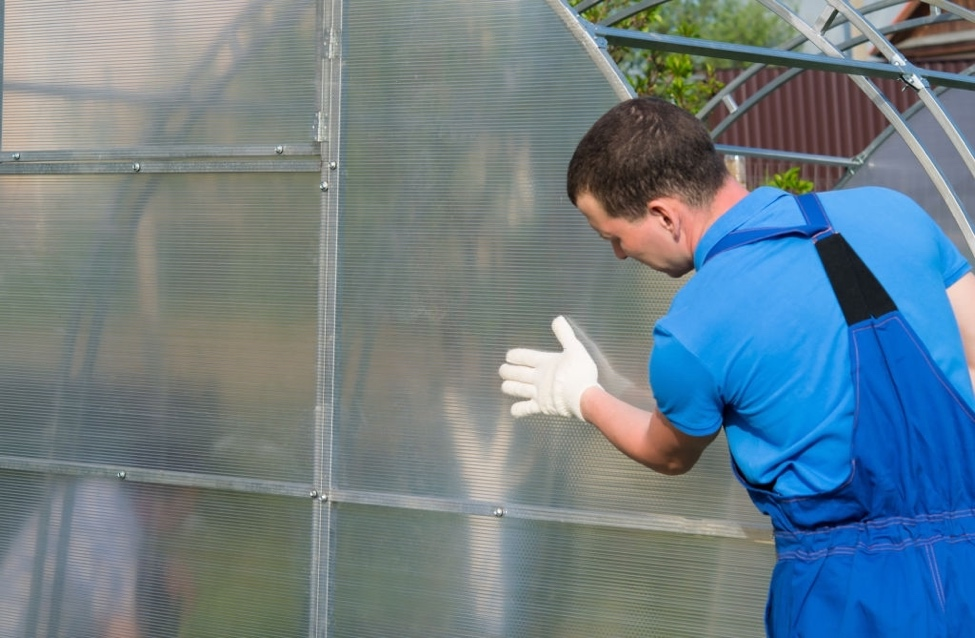 fitting polycarbonate sheets onto a greenhouse frame