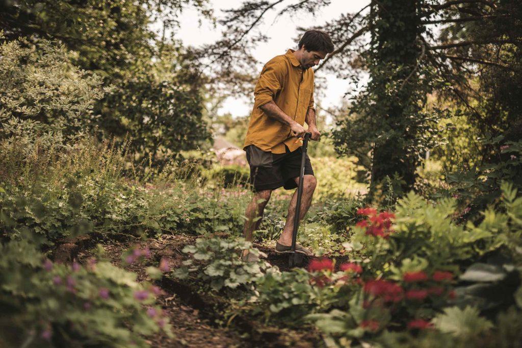 fiskars gardening tools - using the ergo standing bulb planter